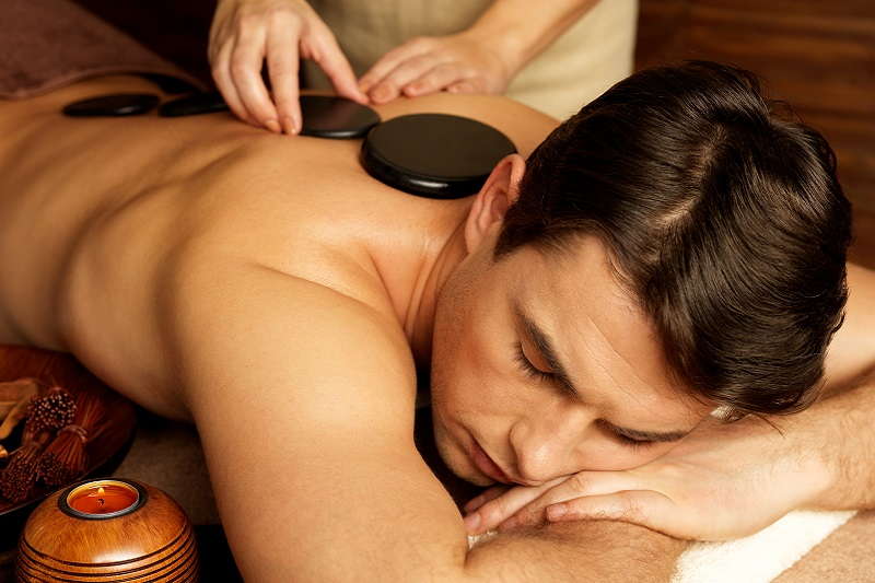 Dlaczego warto wybrać się na masaż gorącymi kamieniami?